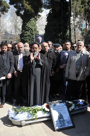 محمود دعایی هنگام اقامه نماز بر پیکر مرحوم سیمین دانشور